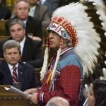 Phil Fontaine, hoofd van de Assembly of First Nations, spreekt het Canadese Lagerhuis toe naar aanleiding van de verontschuldiging voor het beleid van kostscholen voor inheemse kinderen. Premier Stephen Harper (links) kijkt toe. Foto Canadian Press