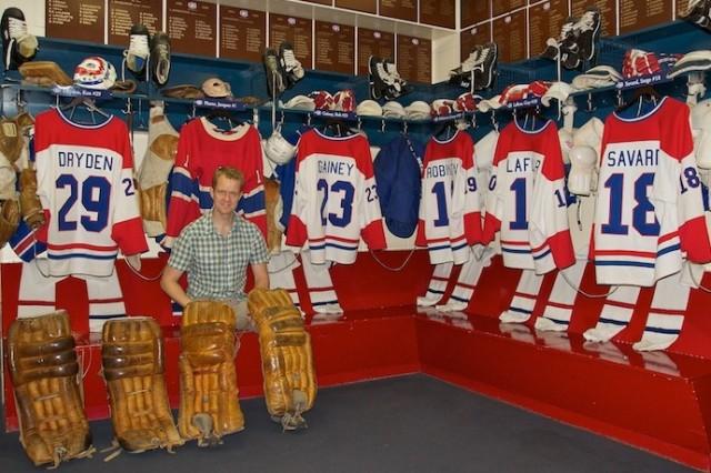 De auteur in de nagebouwde kleedkamer van de Montreal Canadiens.