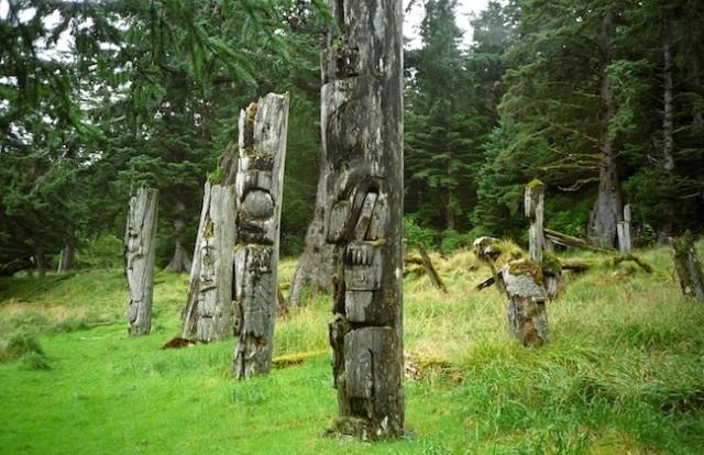 Ninstints, een voormalige nederzetting van de Haida, is nu een spookdorp. Verweerde totempalen herinneren aan de voormalige bewoners.