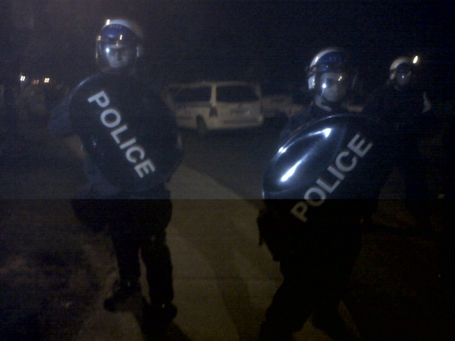 Politie-agenten tijdens een avonddemonstratie van studenten in Montreal.