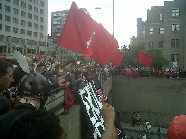 Demonstranten met rode vlaggen tijdens de studentenprotesten in Montreal.