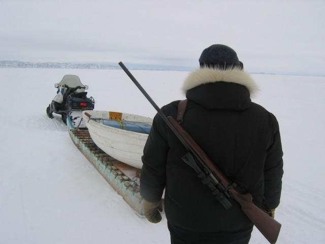 Jager Joshua Kango is klaar voor een jachtexpeditie.