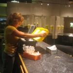 Een medewerkster van Insite bereidt 'hit kits' voor in de spuitzaal van de injectiekliniek in de Downtown Eastside van Vancouver.