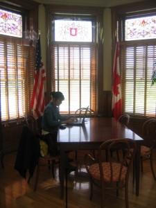 De vlaggen van de VS en Canada staan aan weerszijden van de grens in de bibliotheek van Stanstead / Derby Line.