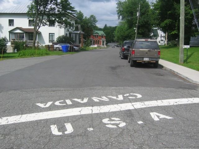 Grenslijn tussen Canada en de Verenigde Staten, kijkend richting Stanstead, Quebec.