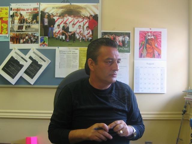 Tibor Lukacs, een sociale hulpverlener in Hamilton, Ontario.