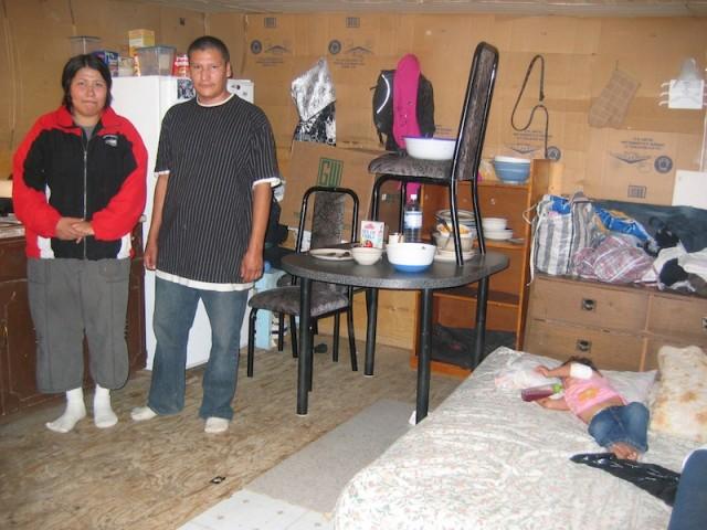 Bewoners van Wasagamack Joseph en Paula Harper in hun eenkamerwoning.