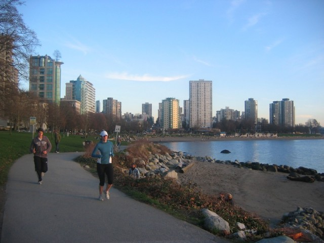 Joggers bij English Bay in Vancouver.