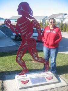 Debra Sparrow, een kunstenares van de Musqueam First Nation in Vancouver, ontwierp de Olympische hockeytruii, met inheemse symbolen.
