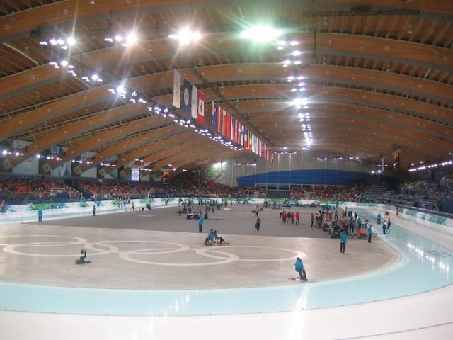 Wijde bogen van dennenhout vormen het plafond van de Olympische schaatshal in Richmond, een voorstad van Vancouver.