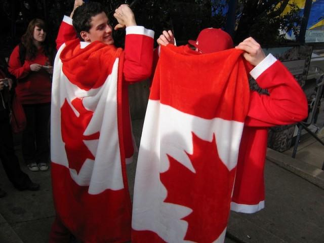Canadese sportfans zijn in het centrum van Vancouver gehuld in de nationale kleuren.