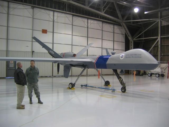 Een zogeheten 'Predator', een onbemand spionagevliegtuig, staat in een hangar op een basis in North Dakota.
