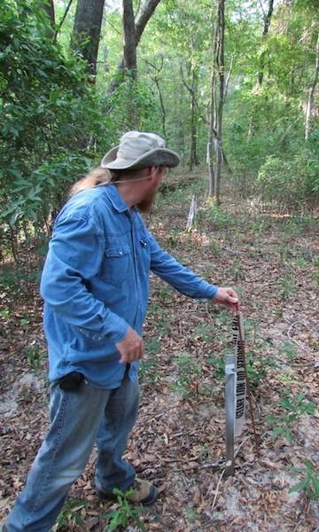 David Daniel, oprichter van Stop Tarsands Oil Pipeline, toont markeerpaaltjes die zijn neergezet op zijn grondgebied in Winnsboro, Texas, om de route aan te geven van de voorgestelde Keystone XL pijpleiding.