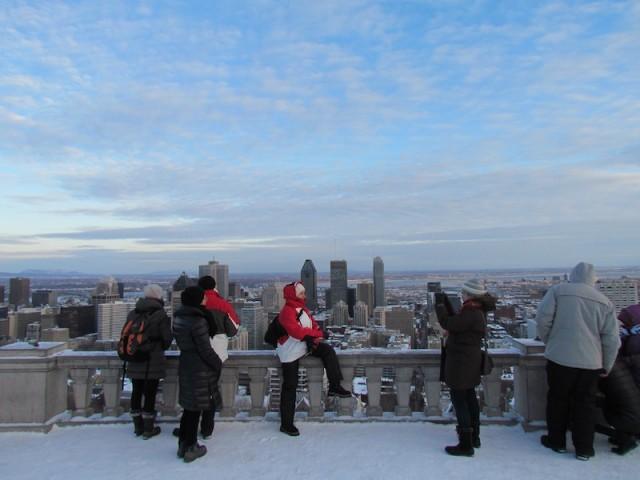 Wandelaars bij het uitzicht op Montreal vanaf de berg bij het centrum.