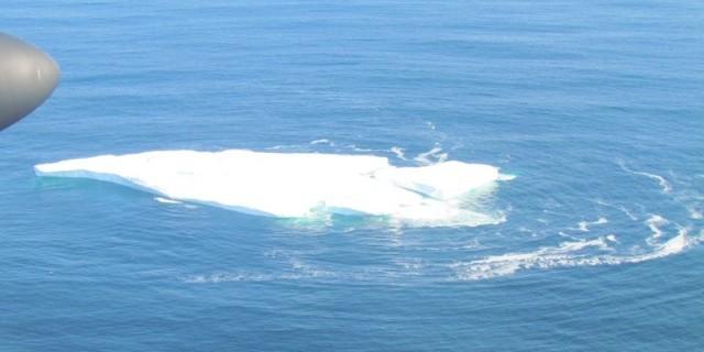 IJsberg in de Noord-Atlantische Oceaan vanuit het vliegtuig van de Internationale IJsbergpatrouille.