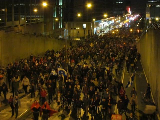Demonstranten tijdens een avondmars in Montreal.