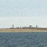 Een waarschuwingsstation in het Arctische gebied van Canada. Tijdens de Koude Oorlog dienden zogenoemde Distant Early Warning (DEW) stations als deze om in de gaten te houden wat Noord-Amerika naderde over het poolgebied vanuit de Sovjet-Unie.