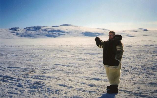 Gekleed voor een tocht per hondenslee nabij Iqaluit.