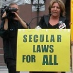 Homa Arjomand spreekt tijdens een demonstratie tegen het gebruik van shari'a in Toronto.