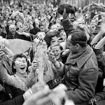 Nederlanders vieren de bevrijding door Canadese militairen in Utrecht, 7 mei 1945 (foto Nationaal Archief van Canada)