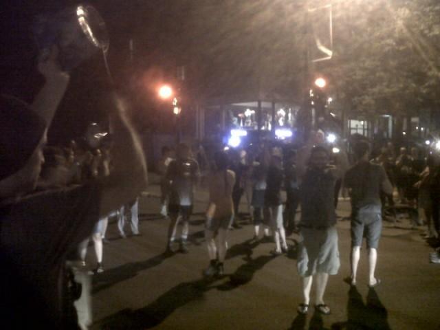 Demonstranten slaan op potten en pannen bij een avondmars in Montreal.