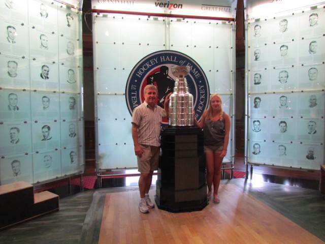 Bezoekers met de Stanley Cup.