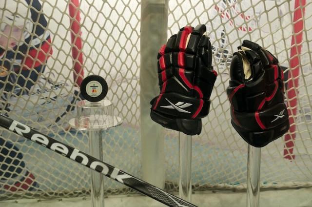 De handschoenen, hockeystick, puck en het doel van de winnende goal door Sidney Crosby bij de ijshockeyfinale van de Olympische Winterspelen in Vancouver.