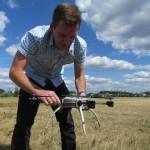 Behending zet Ian MacDonald van het Canadese Aeryon Labs een kleine drone in elkaar.