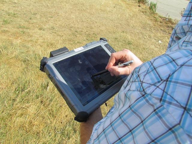 De bestuurder van de Scout tikt op een punt op de kaart, en de drone vliegt er naartoe,