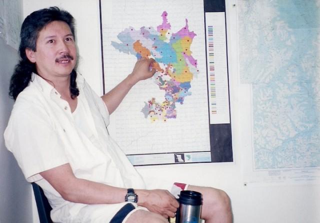 Een lid van de Gitxsan bevolking toont het gebied waarop de inheemse groep aanspraak maakt.
