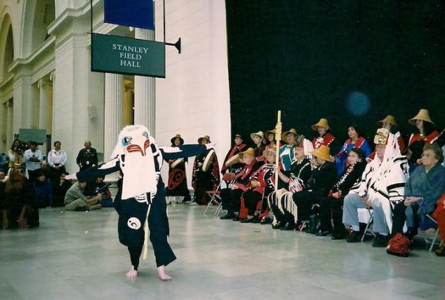 Een Haida-indiaan doet de ravendans in het Field Museum in Chicago, tijdens een ceremonie naar aanleiding van de teruggave van de stoffelijke resten van 150 Haida.