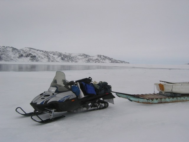De Inuït van noordelijk Canada zijn van het ijs afhankelijk voor vervoer naar hun jachtgebieden.