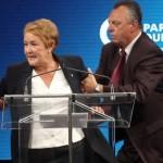 PQ-leider Pauline Marois wordt weggeleid door veiligheidsmensen tijdens haar overwinningstoespraak in Montreal.