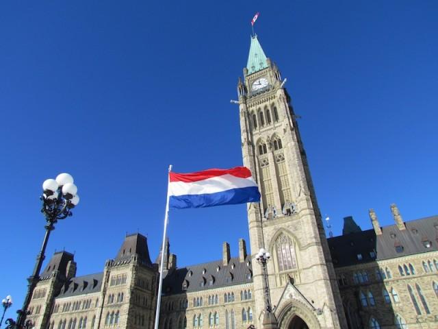 De Nederlandse vlag voor het Canadese parlementsgebouw in Ottawa.