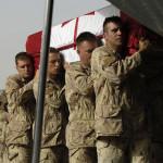 De stoffelijke resten van de Canadese militairen Francisco Gomez en Jason Patrick Warren worden aan boord gebracht van een militair vliegtuig op de luchtbasis Kandahar (foto MCpl Robert Bottrill).