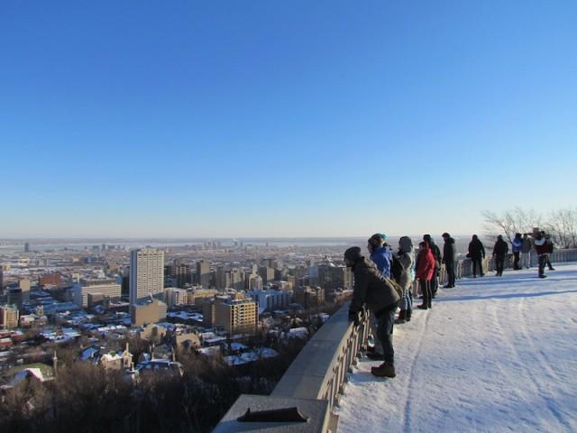 Wandelaars in Montreal trotseren de kou voor uitzicht op de stad vanaf het Parc du Mont-Royal.
