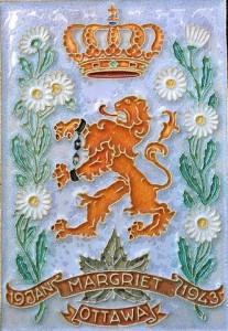 In bezet Nederland werd de geboorte van Prinses gememoreerd met deze tegel, met margrieten en een geboeide Nederlandse leeuw.