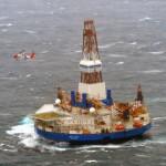 Het boorschip Kulluk, dat Shell inzet voor proefboringen voor de kust van Alaska, liep eind vorig jaar vast tijdens een storm. Foto U.S. Coast Guard