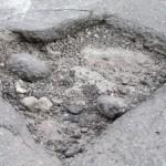 Een zich ontwikkelend gat in het wegdek van Montreal, een 'pothole'.