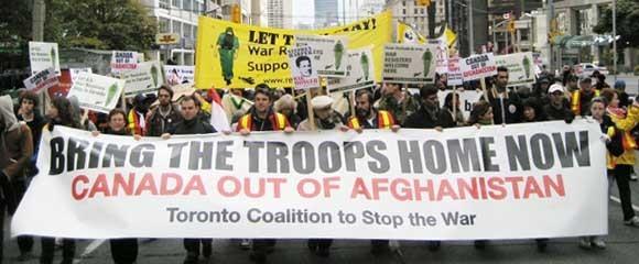 Duizenden Canadezen demonstreerden zaterdag tegen Canadese betrokkenheid bij de oorlog in Afghanistan, zoals hier in Toronto.