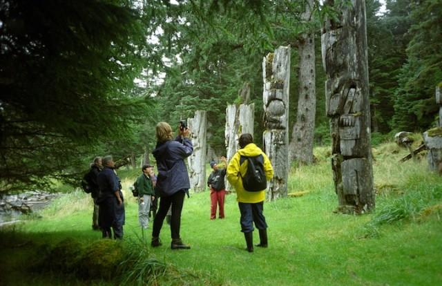 De totempalen van Ninstints in Haida Gwaii worden langzaam verweerd door de elementen.