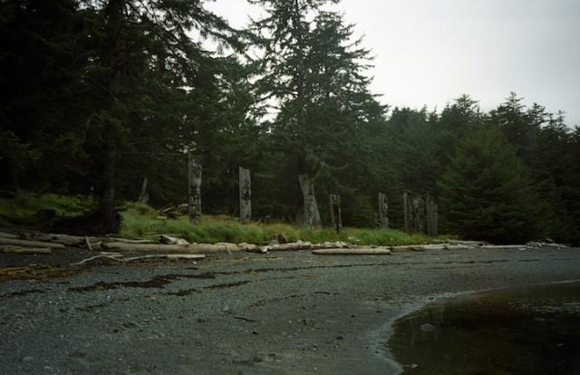 De totempalen van Ninstints, een onbewoond dorp in Haida Gwaii, doemen op.
