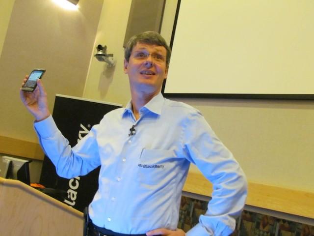 Bestuursvoorzitter Thorsten Heins van BlackBerry toont het nieuwe Z10 toestel.