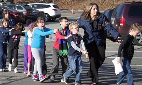 Schoolkinderen werden in veiligheid gebracht bij de schietpartij op een basisschool in Newtown, Connecticut (foto Newtown Bee)