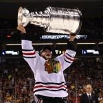 Aanvoerder Jonathan Toews van de Chicago Blackhawks met de Stanley Cup.