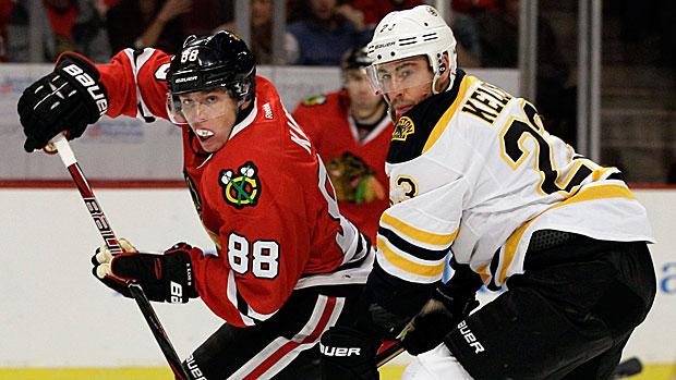Patrick Kane van de Chicago Blackhawks en Chris Kelly van de Boston Bruins in duel.