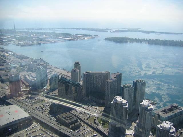 Gezicht op Toronto en het Ontariomeer vanaf de CN Tower.