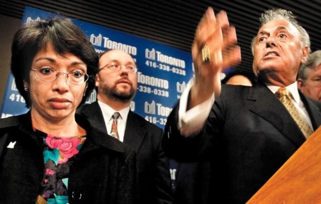 Burgemeester Mel Lastman van Toronto (rechts) spreekt met de media tijdens de SARS-crisis.