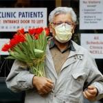 Een bezoeker van een ziekenhuis in Toronto draagt een gezichtsmasker (foto Canadian Press).