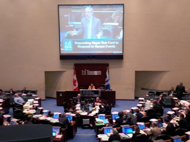De gemeenteraad van Toronto in debat over de positie van burgemeester Rob Ford (links).